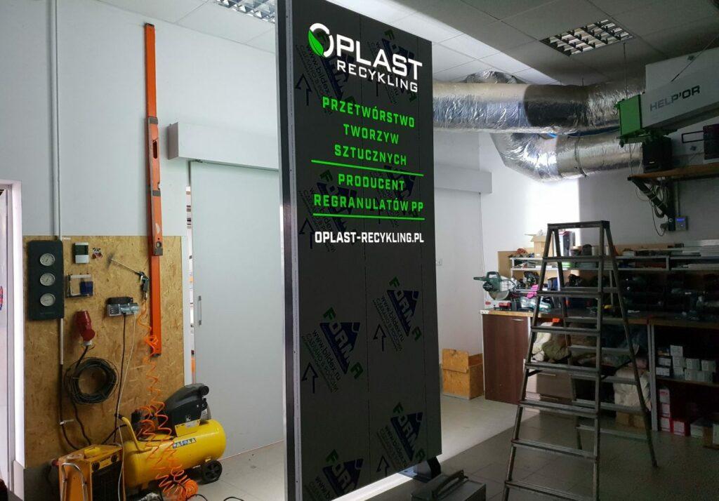 pylon reklamowy na wysyłkę Oplast
