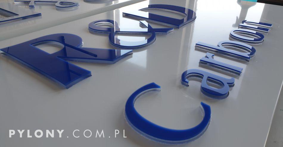 litery wypukłe na tablicy reklamowej
